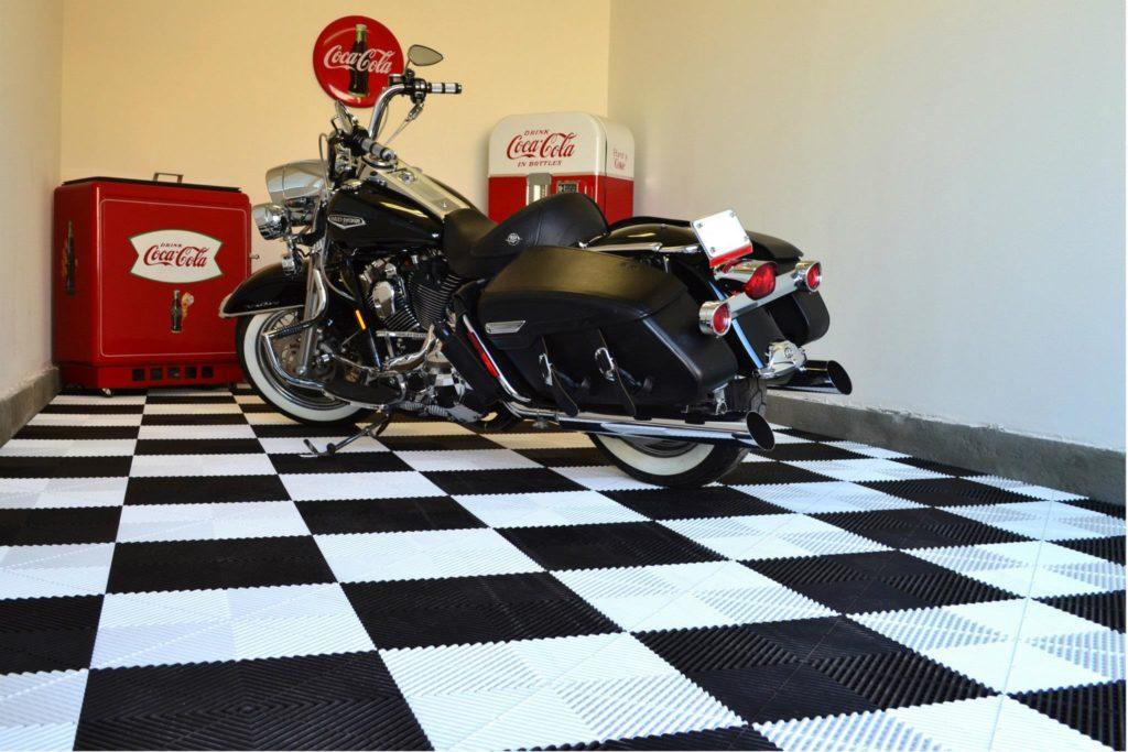 Bielo-čierna podlaha do garáže pre motorku