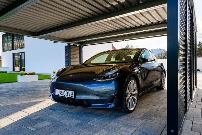 Tesla v prístrešku SIEBAU v antracitovej farbe