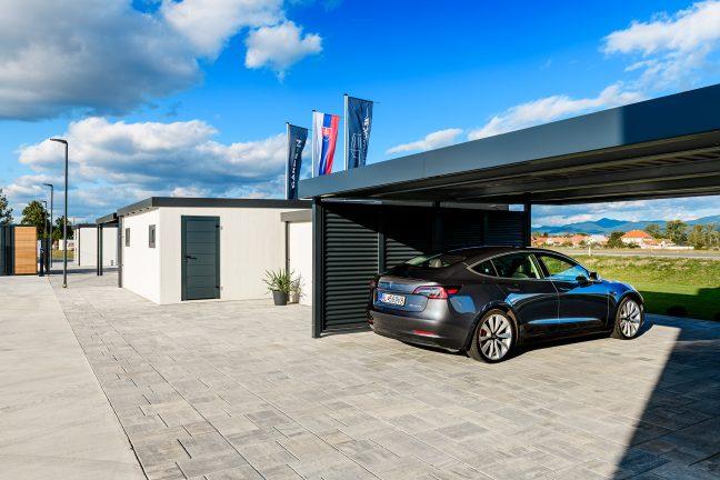Tesla v prístrešku SIEBAU pre dve autá v antracitovej farbe