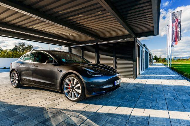 Tesla v prístrešku SIEBAU pre dve autá