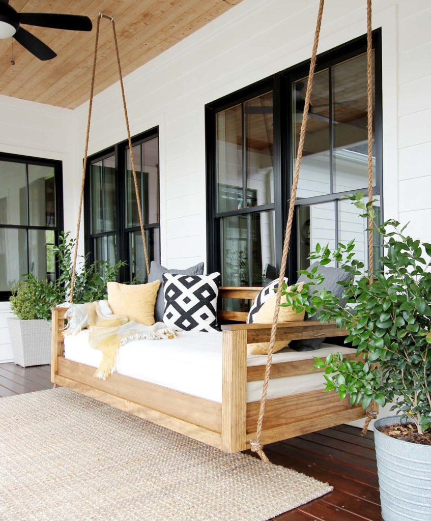 Drevené hojdacie kreslo pred domom na terase