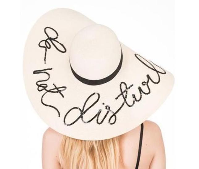 Biely klobúk s nápisom