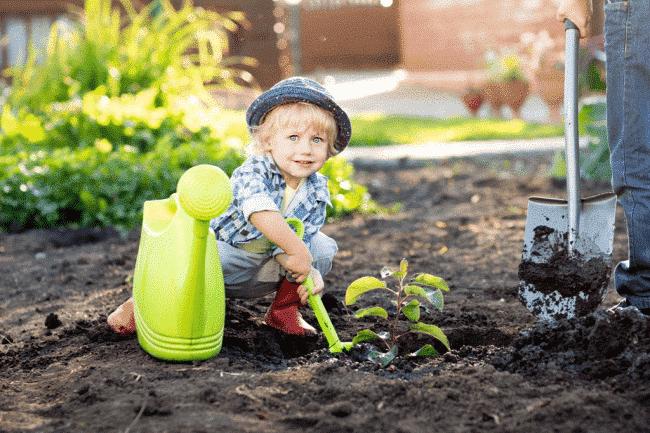 Chlapček sa hrá na záhrade