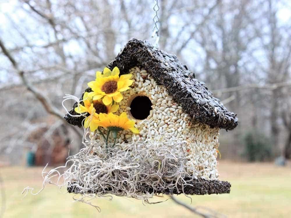 Kŕmidlo v tvare domčeka s kvetami