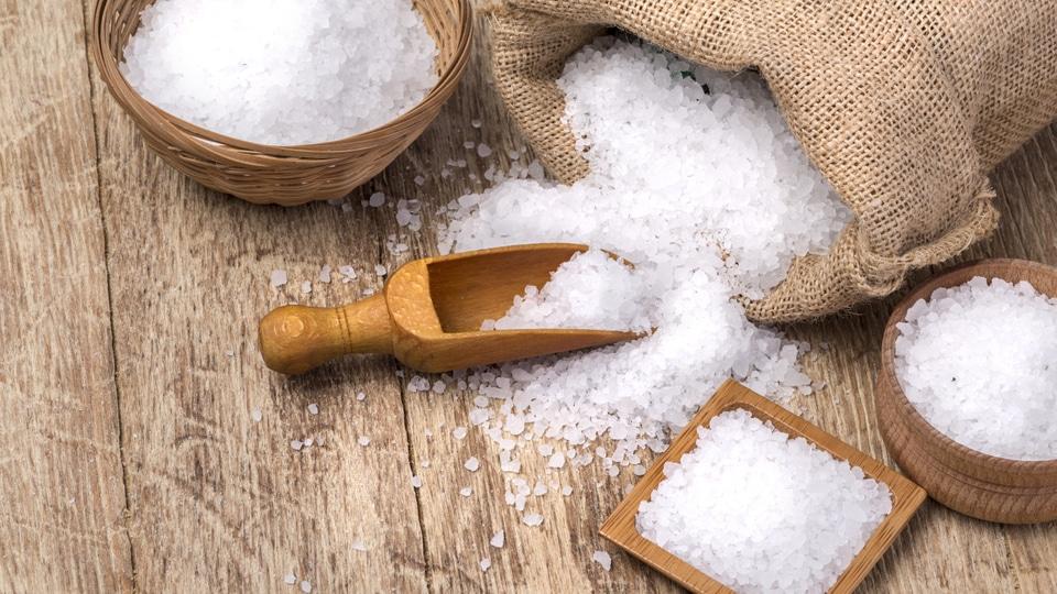 Naberačka na soľ na drevenom podklade