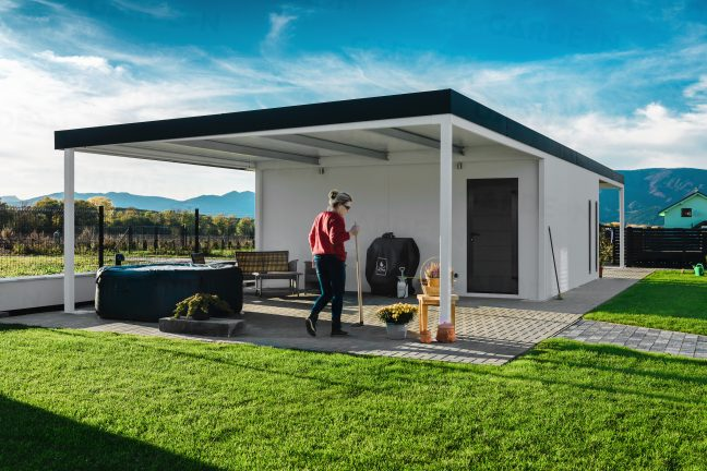 Montovaná garáž s prístreškom na posedenie