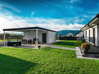 Montovaná garáž s rovnou strechou pri rodinnom dome