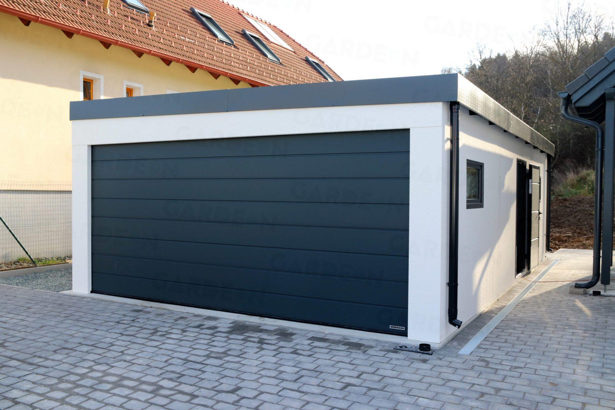 Garáž pre dve autá s bránou Hormann v antracitovej farbe
