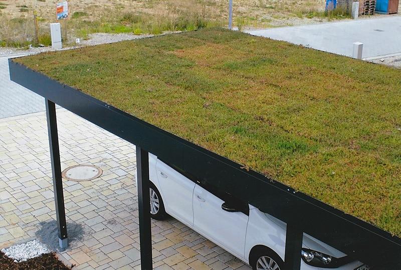 Zelená strecha na prístrešku pre jedno auto
