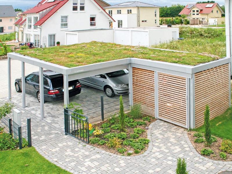 Zelená strecha na prístrešku pre dve autá
