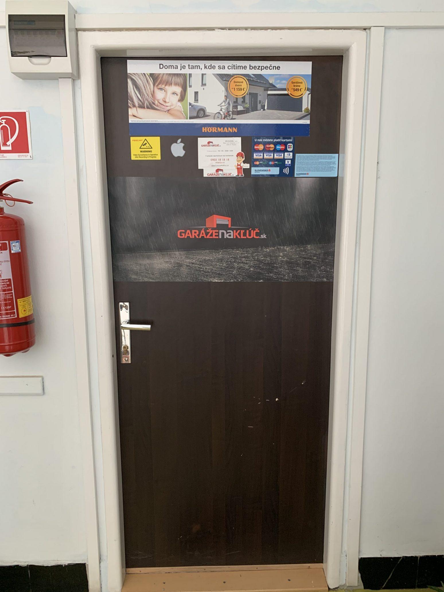 Vchodové dvere do kancelárie