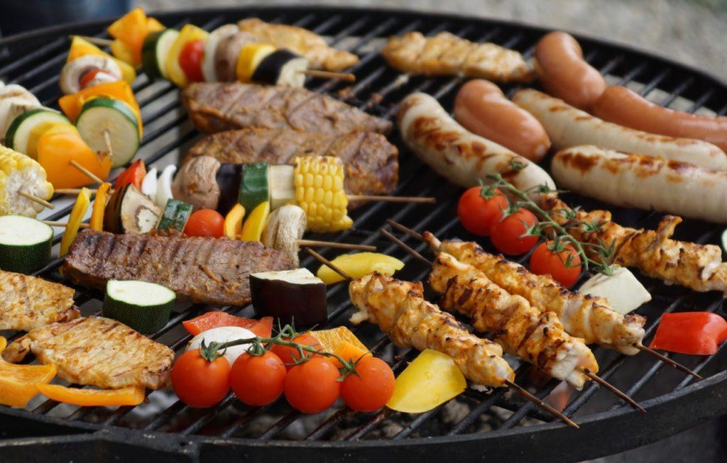 Opečené mäso a zelenina na rošte