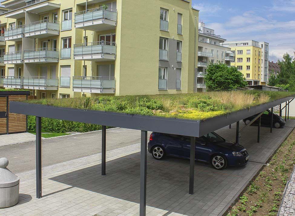 Zelená strecha na prístrešku pre viac áut
