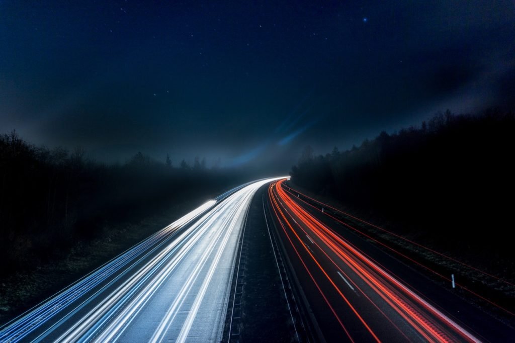 Nočný pohľad na cestu