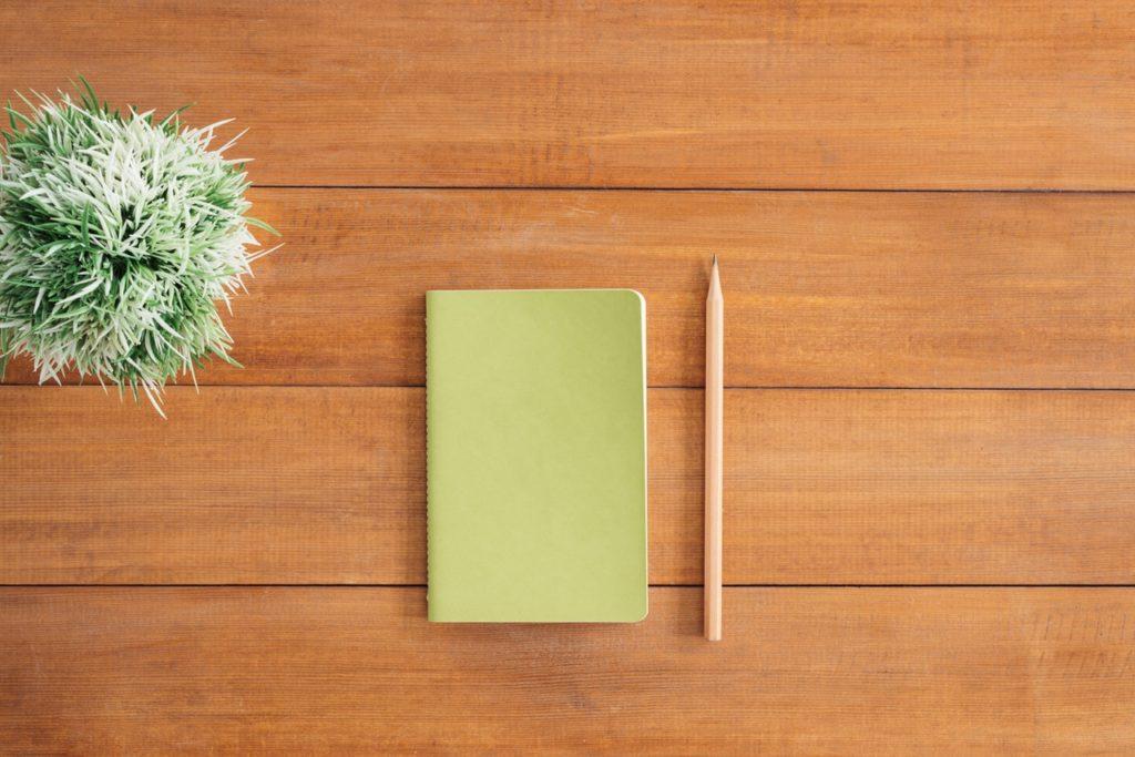 Zápisník a ceruzka na stole