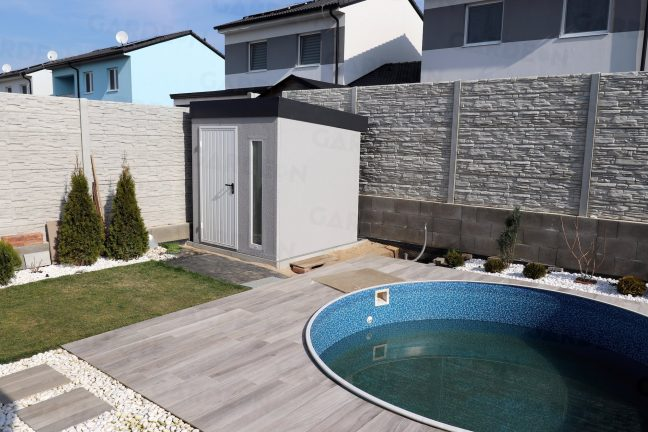 Záhradný domček v sivej omietke pri bazéne
