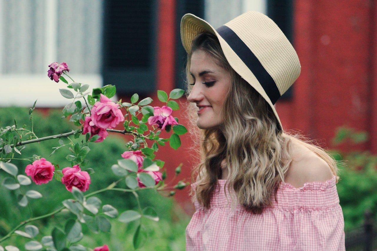 Žena ovoniava kvety