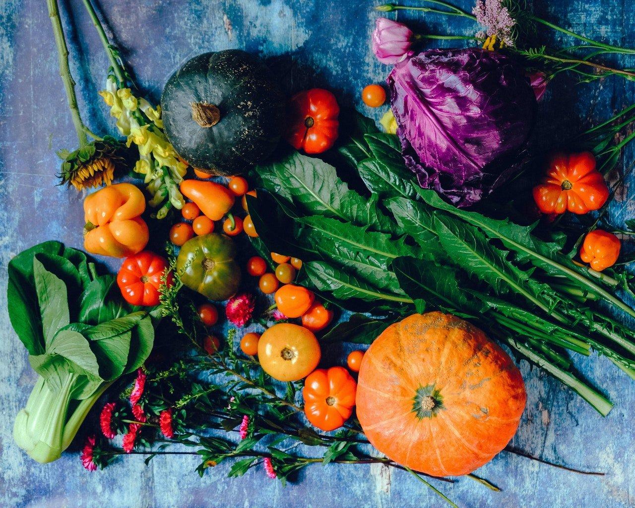 Rôznorodá zmes zeleniny na stole