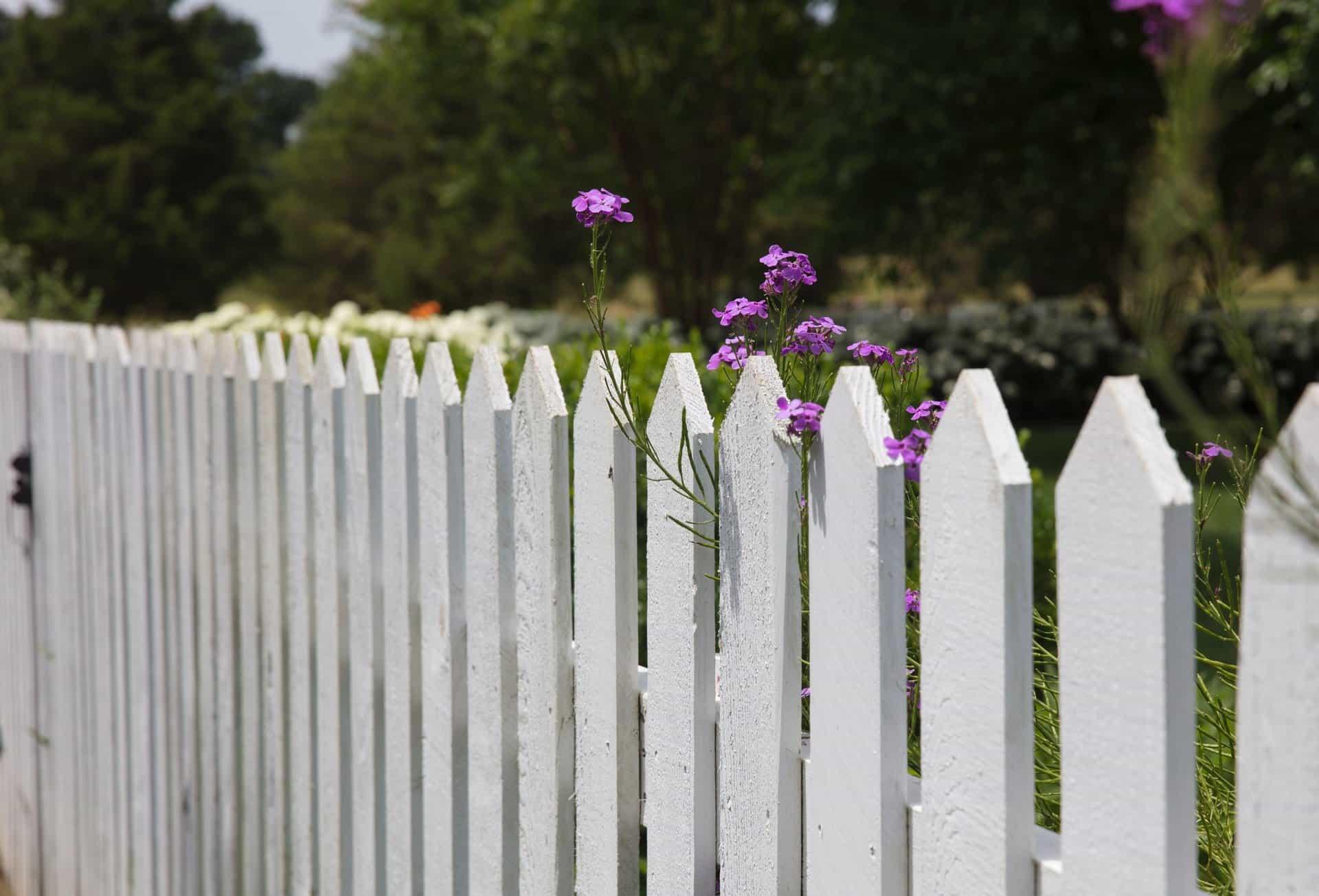 Biele záhradné oplotenie