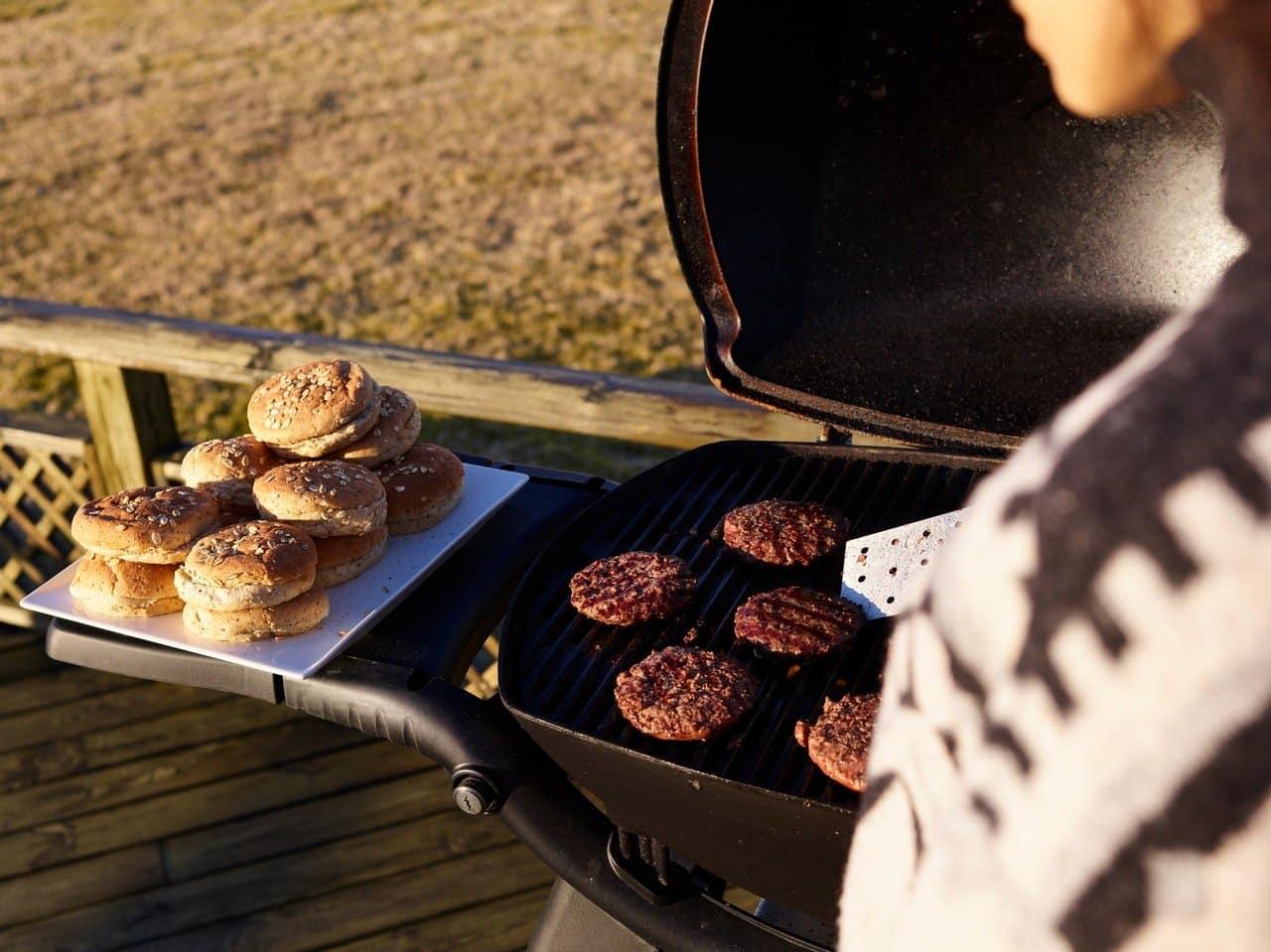 Grilovanie hamburgerov