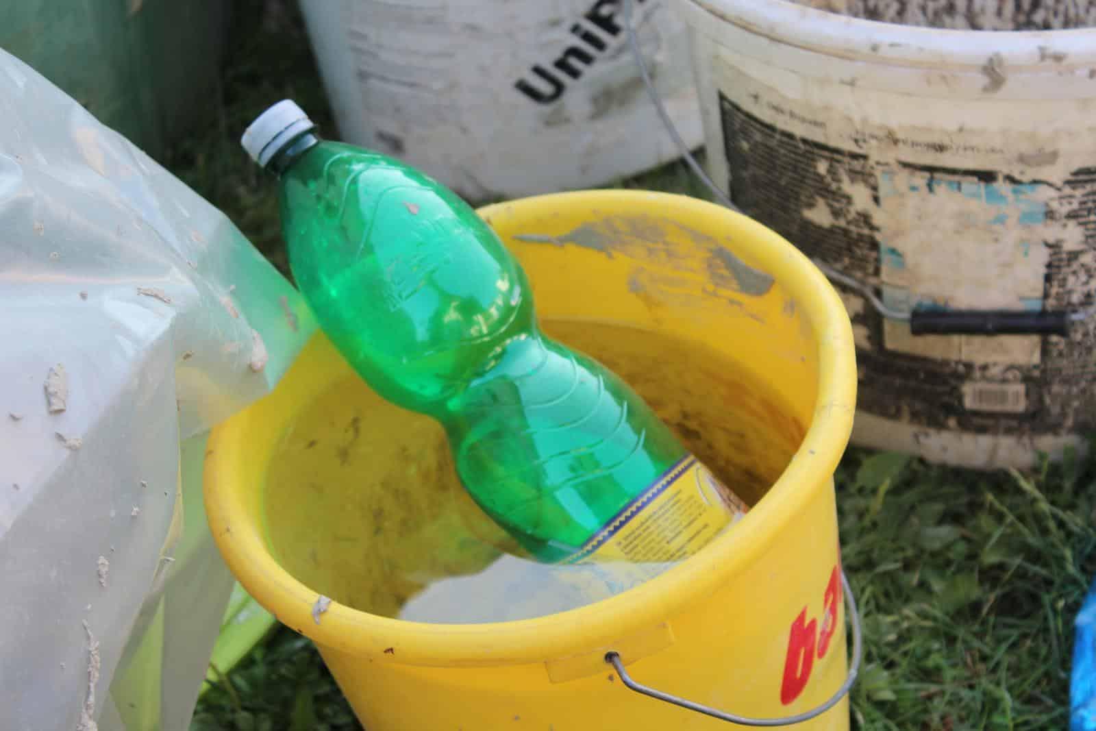 Plastová fľaša v kýbli