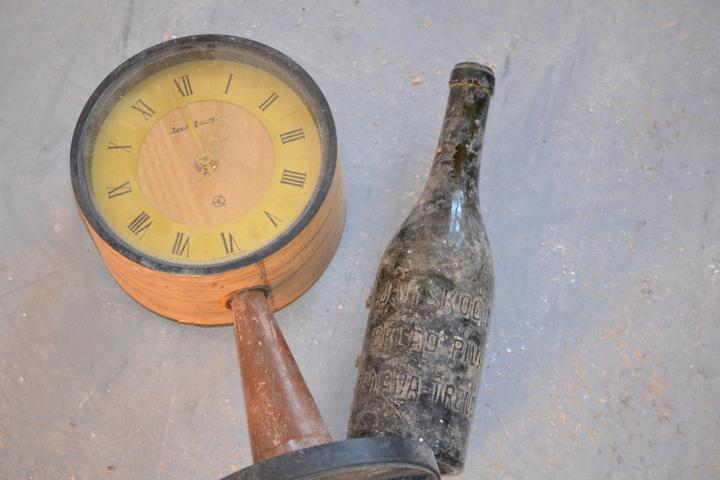 Starožitné hodiny a fľaša