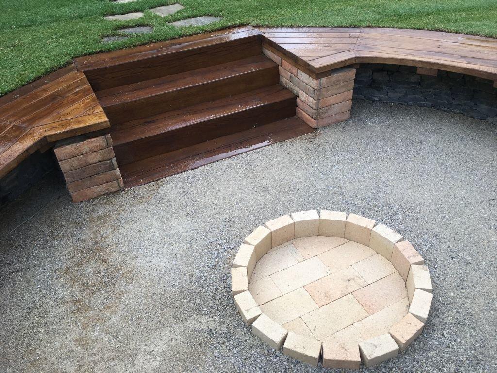 Záhradné ohnisko z kameňa a dreva