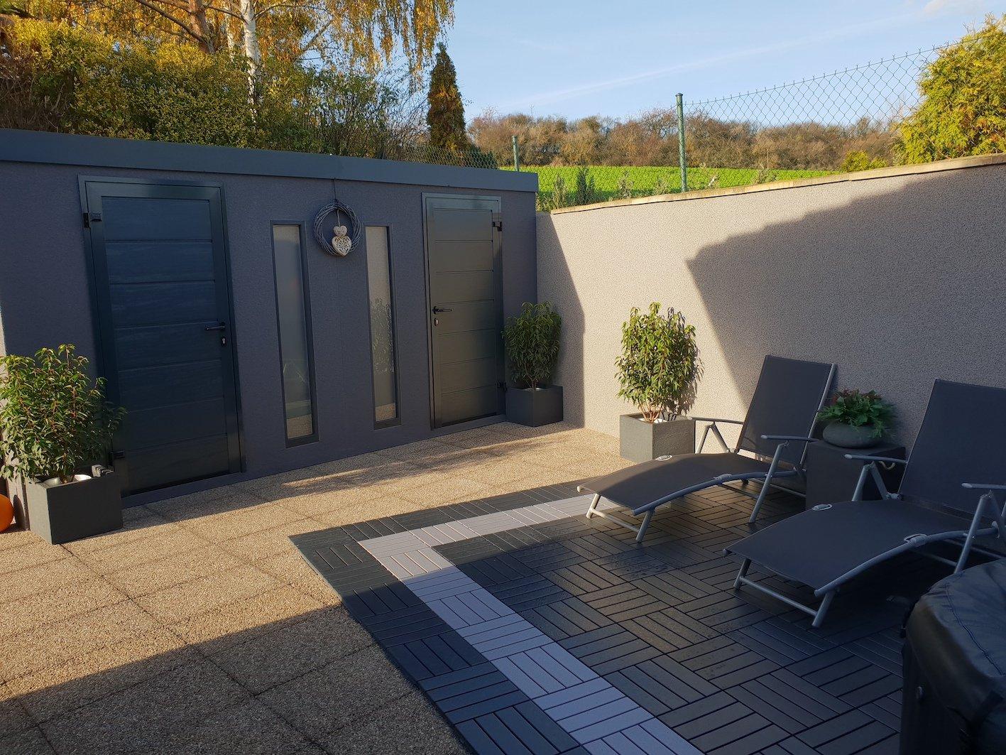 Tmavo sivý dvojitý záhradný domček
