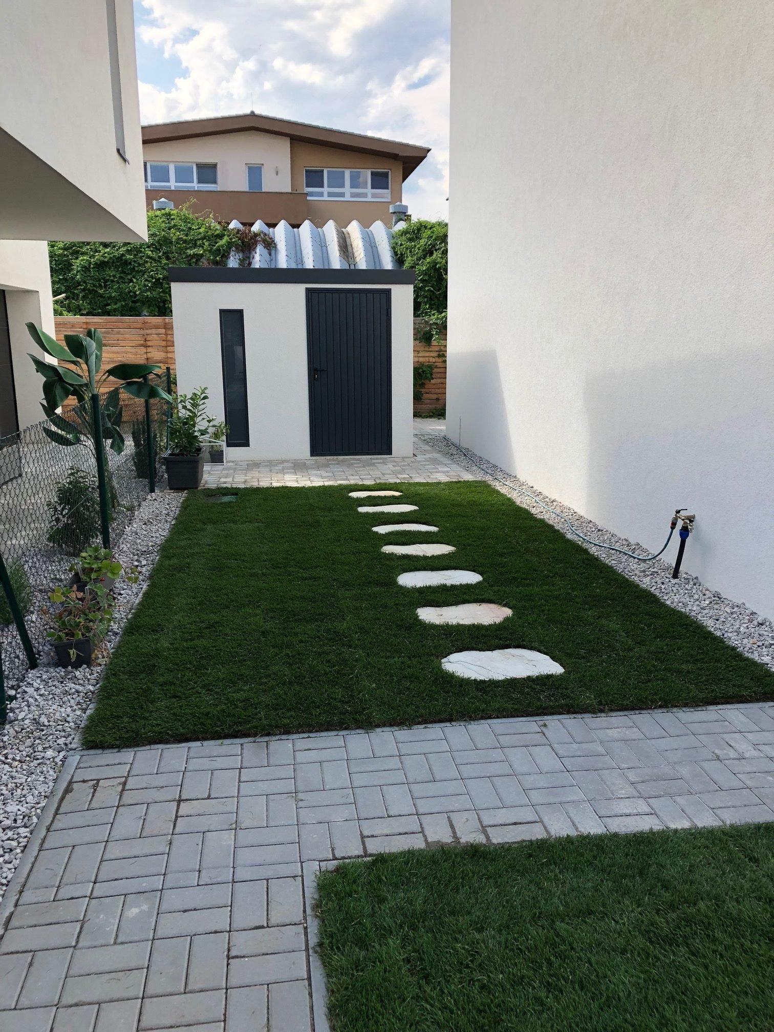 Bielo sivý záhradný domček