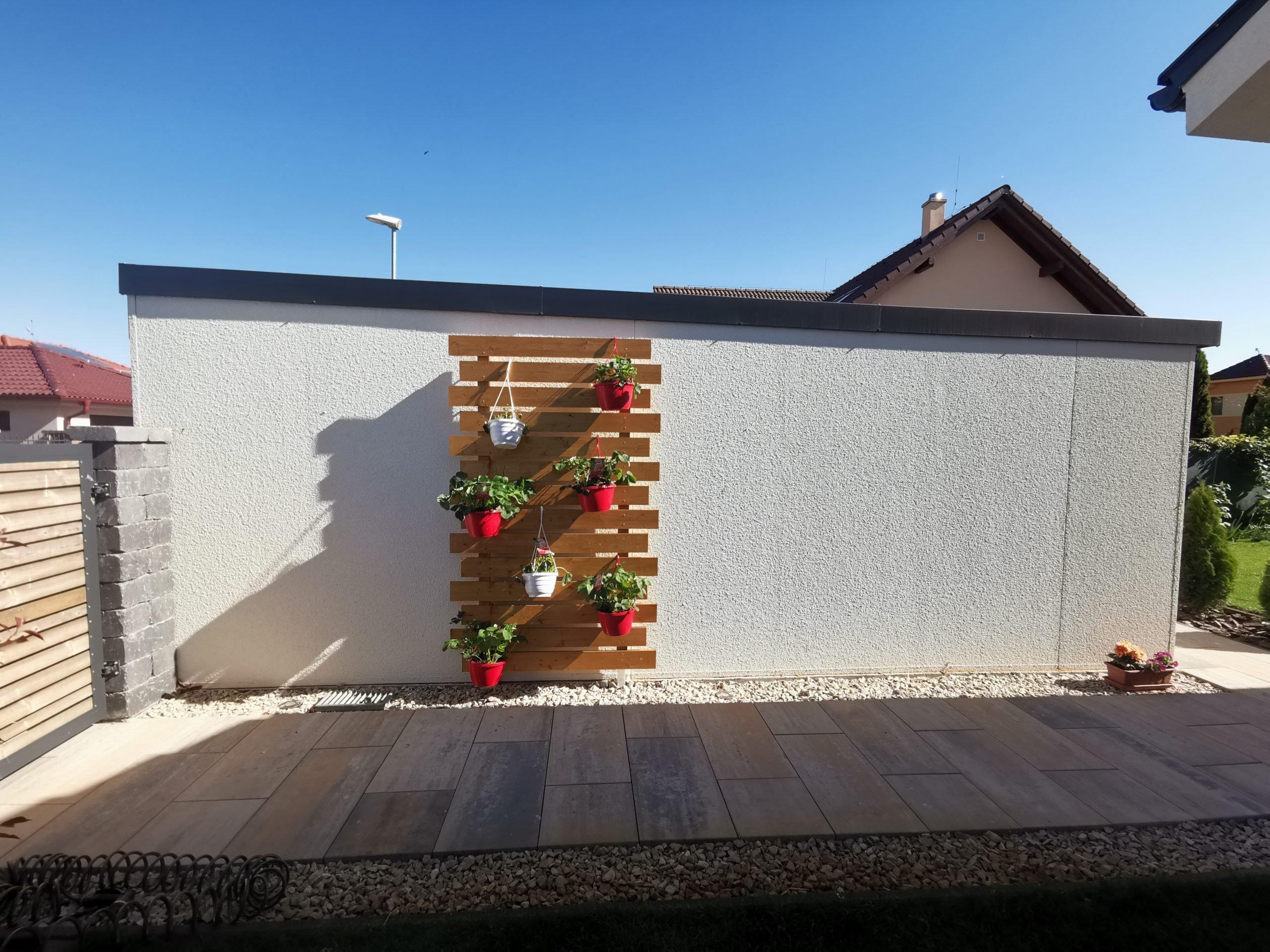 Garáž s drevenou dekoráciou