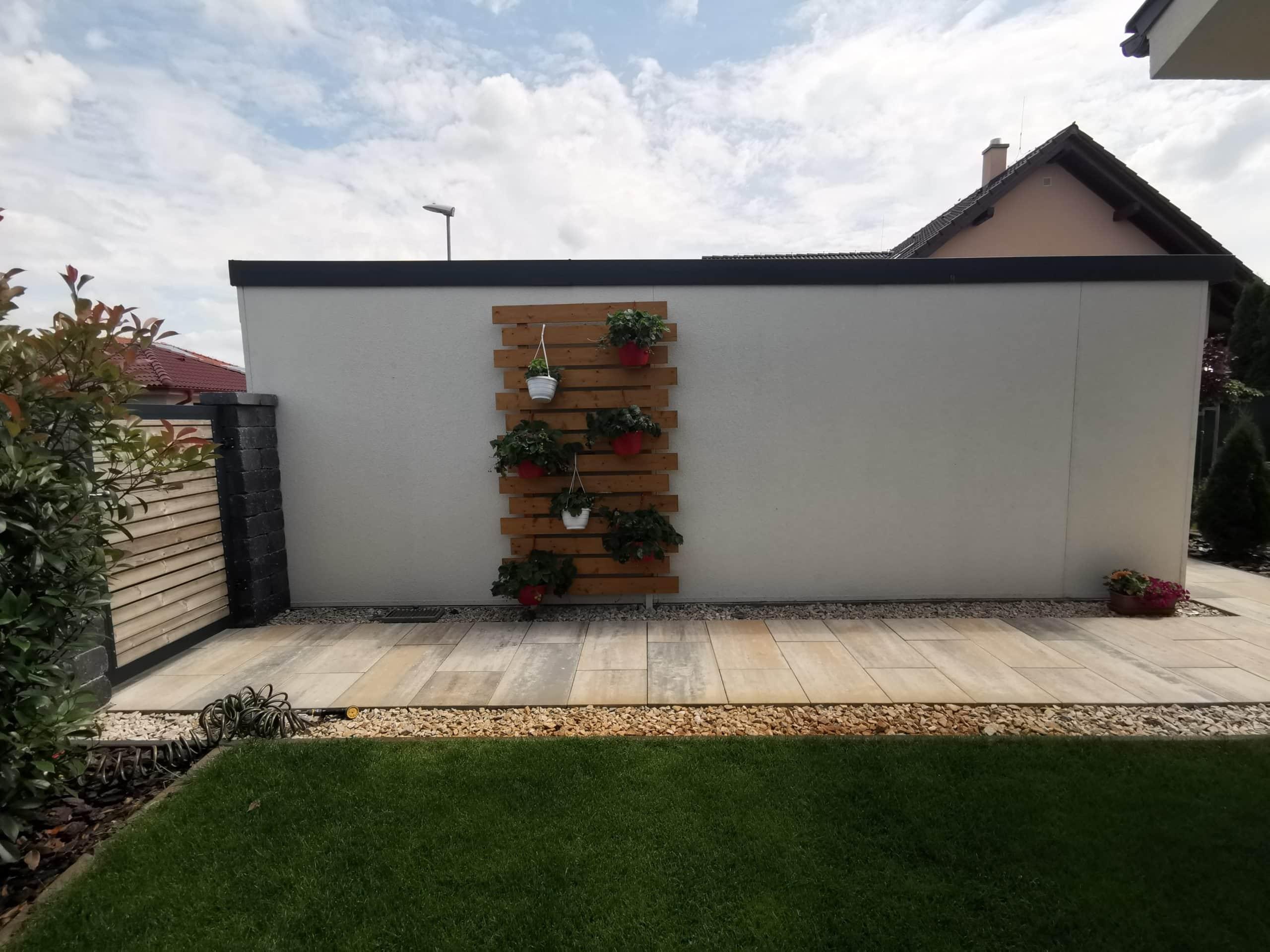 Drevená dekorácia na garáž