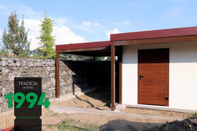 Záhradný domček s prístreškom na ľavej strane