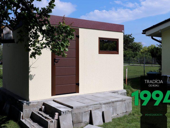 Záhradný domček s hnedou atikou