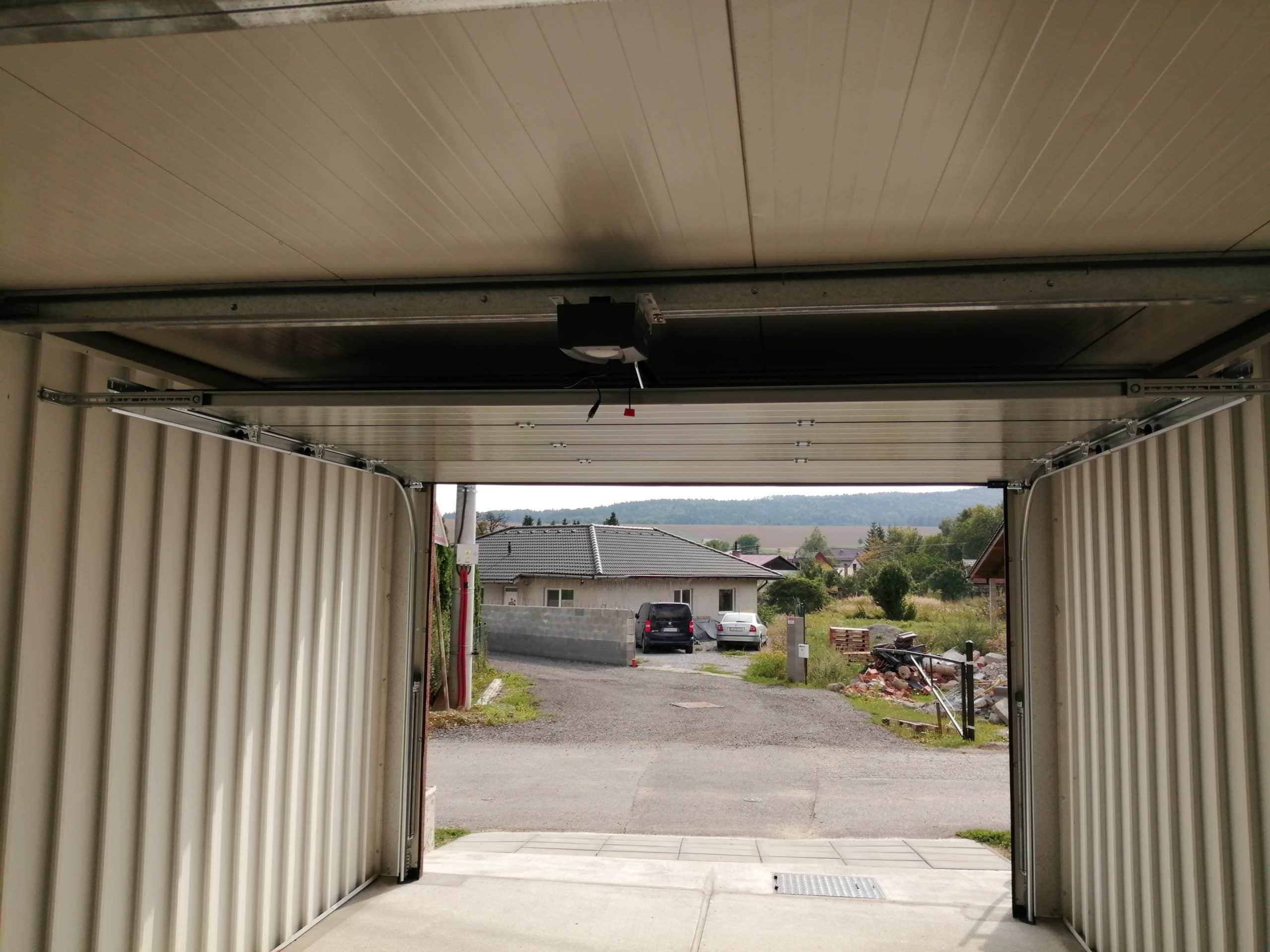 Výhľad na cestu z garáže