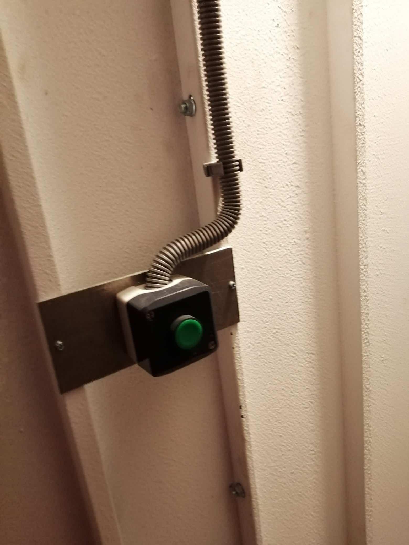 Šikovný vypínač na bránu zelenej farby