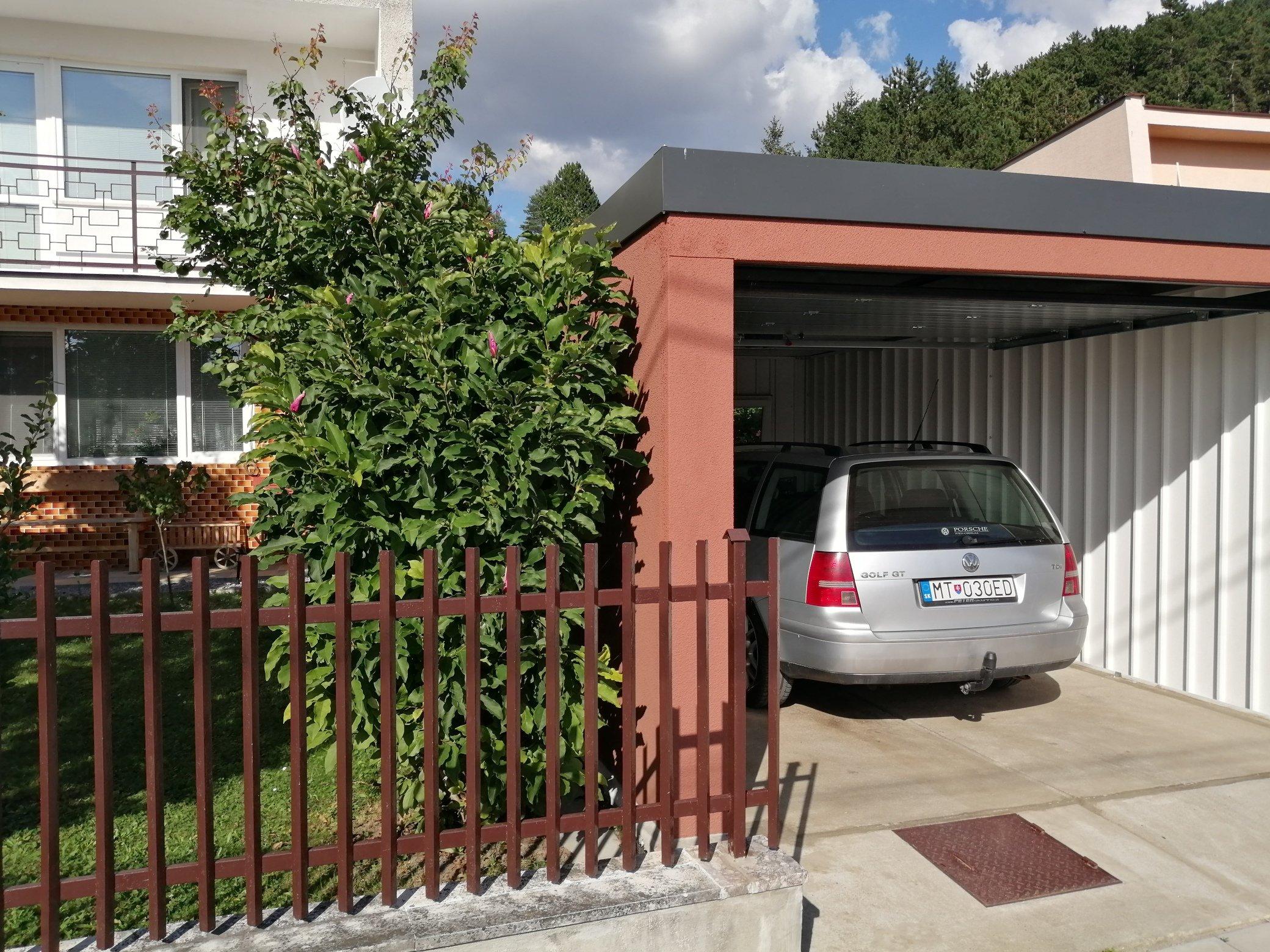 Auto v otvorenej garáži z ľavej strany