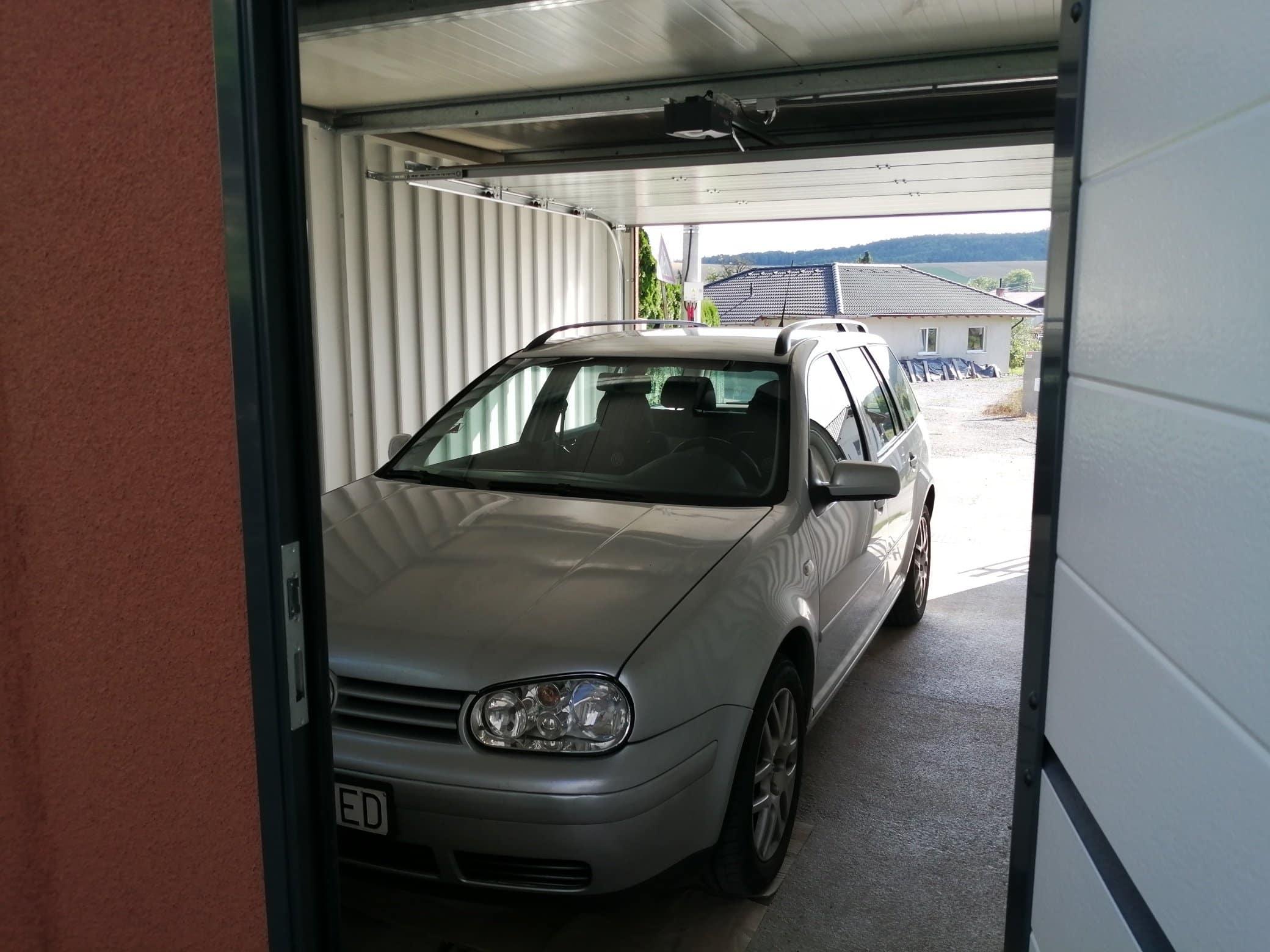 Auto v otvorenej garáži z pohľadu zadných dverí