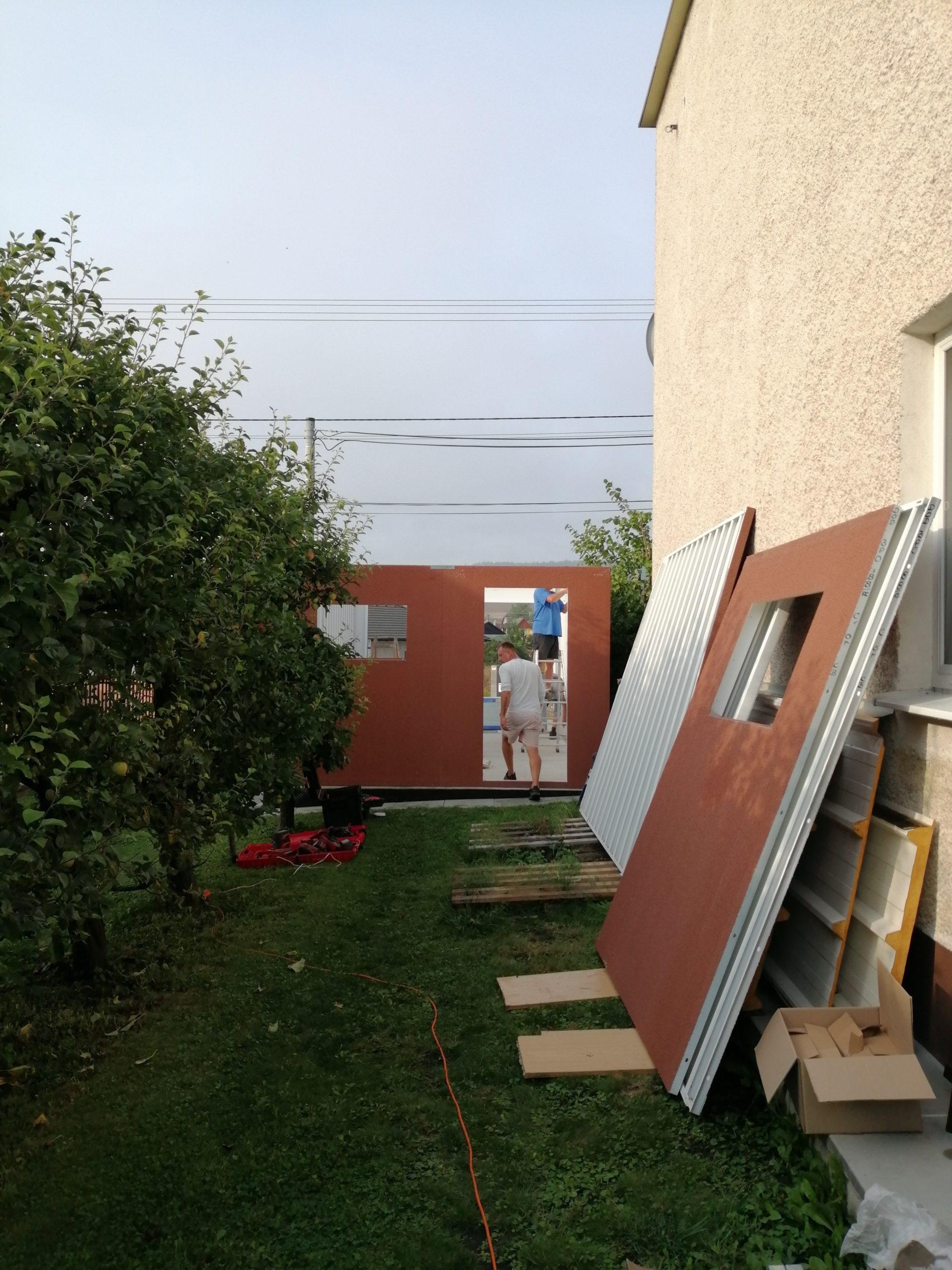 Steny garáže opreté o dom