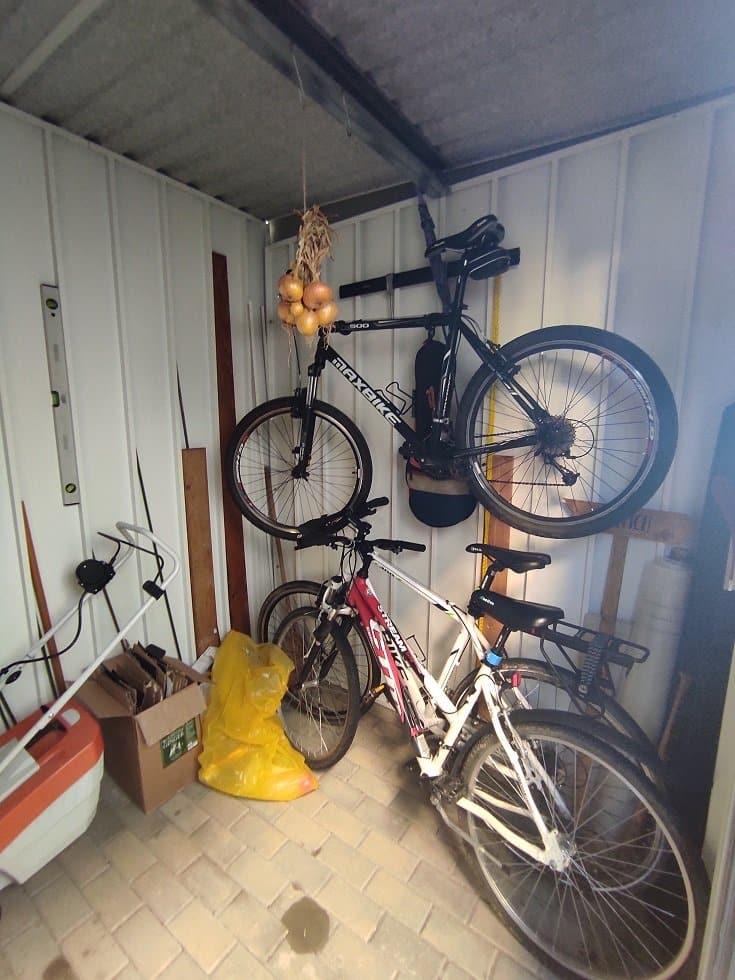 Bicykel opretý o stenu motnovaného záhradného domčeka
