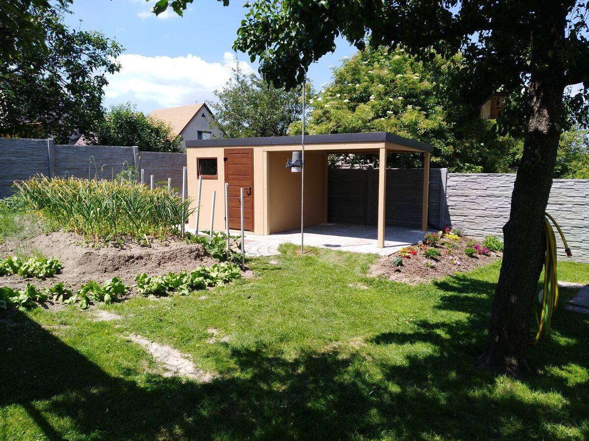 Záhradný domček s prestrešením