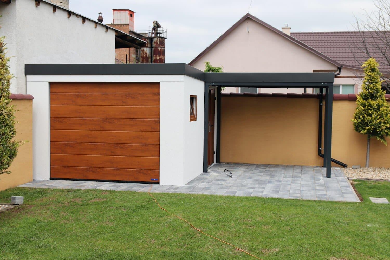 Záhradný domček s garážovou bránou tesne po montáži