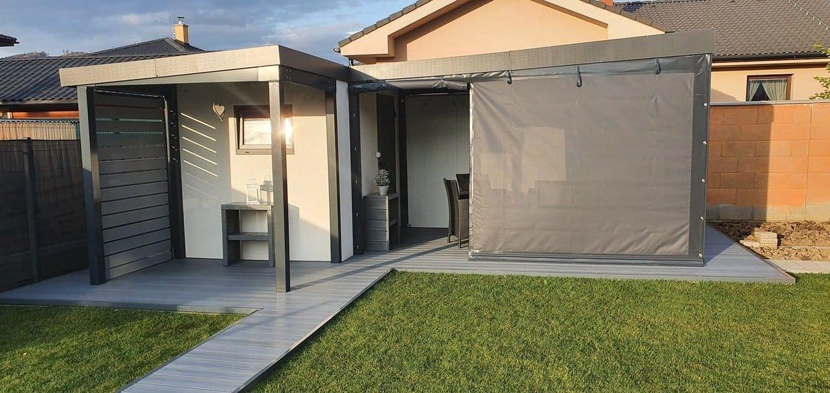 Záhradný domček prekrytý plachtou