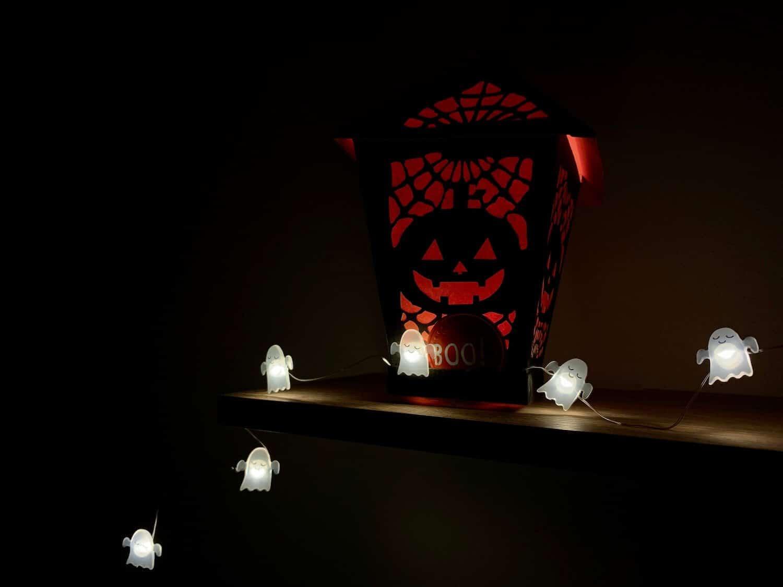 Rozsvetlené svetielka v tvare duchov