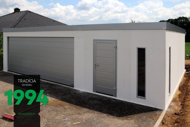 Atypická garáž bielej farby z pravej strany