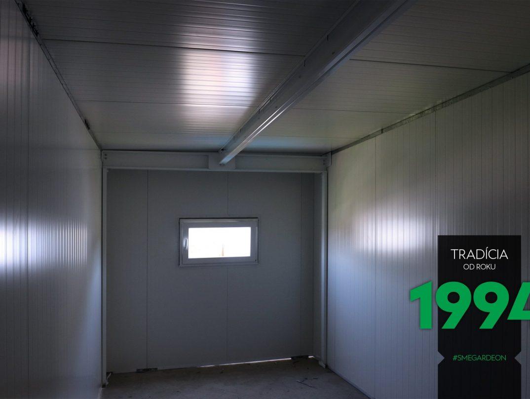 Vnútro atypickej garáže s okienkom