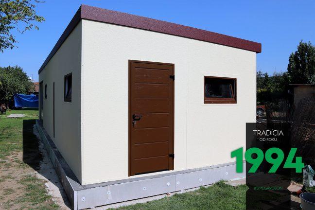 Atypická garáž s dverami a okienkom
