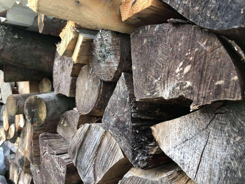 Uložené drevo na sebe