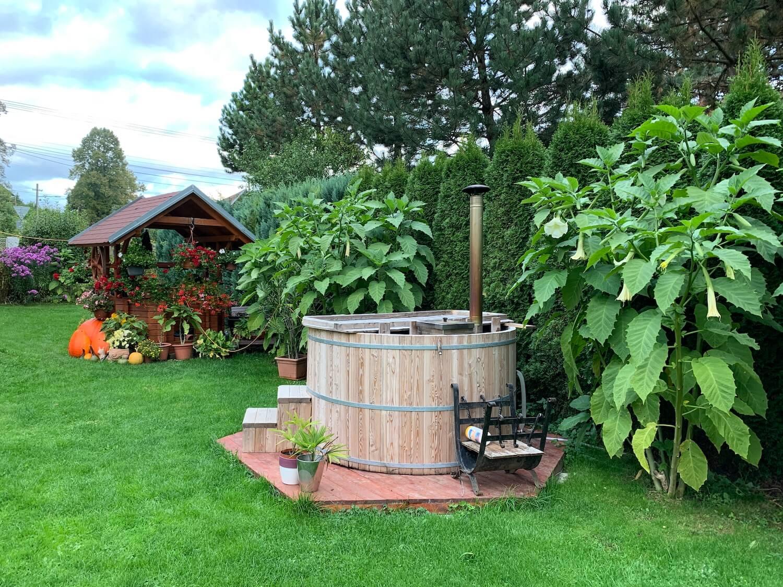 Záhrada so studničkou a drevená kaďa na kúpanie