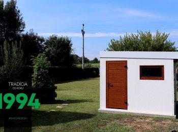 Malý biely záhradný domček