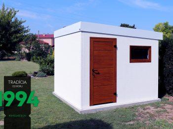 Malý biely záhradný domček z ľavej strany
